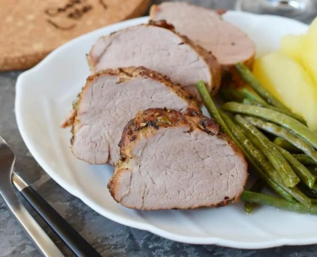 Свинина вкусна и без соусов. Вырезку готовлю с лавровым листом