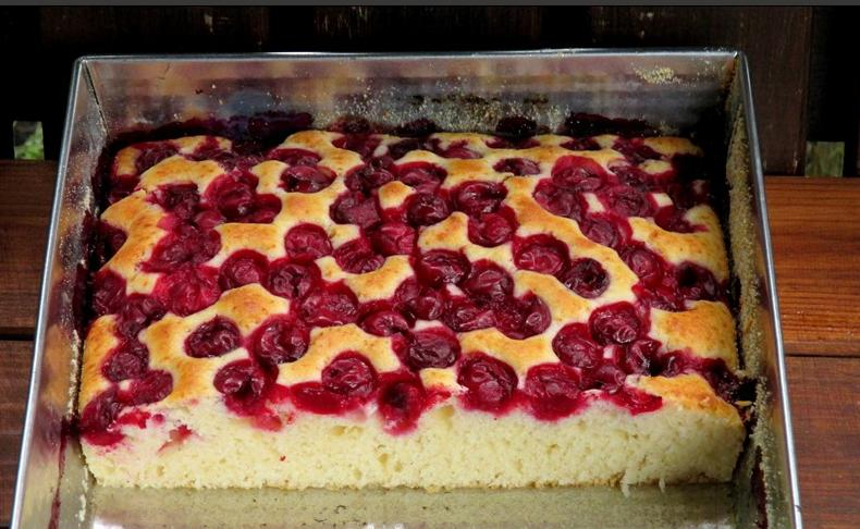 Простой пирог с вишней, который можно сделать даже с ребенком на руках: рецепт для молодых мам
