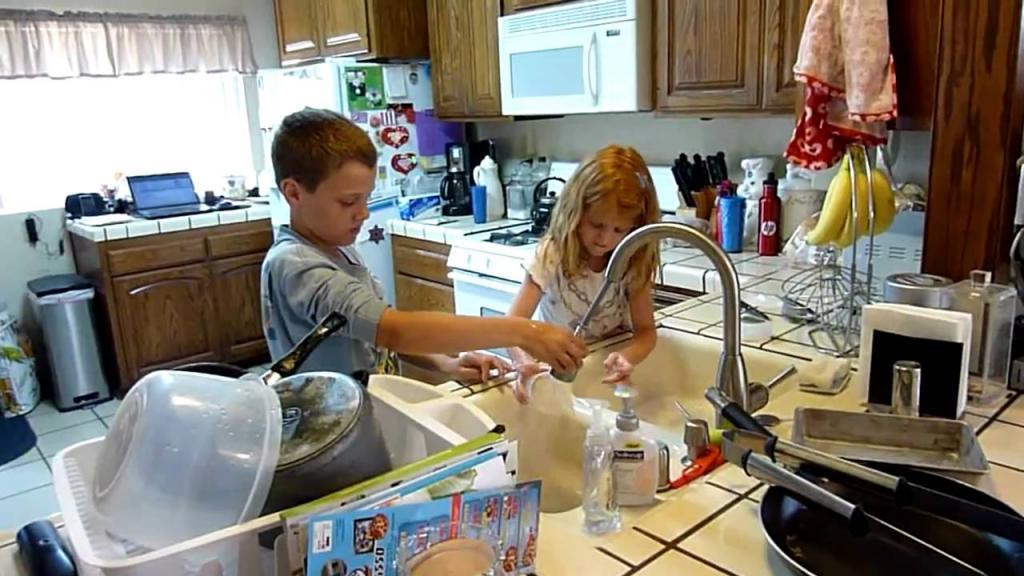 Мама придумала, как совместить домашнее обучение и помощь по хозяйству. Родители похвалили идею