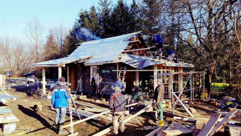 Семейная пара принесла одинокой старушке продукты и вернулась, чтобы за 5 дней перестроить ей старенький обветшалый дом