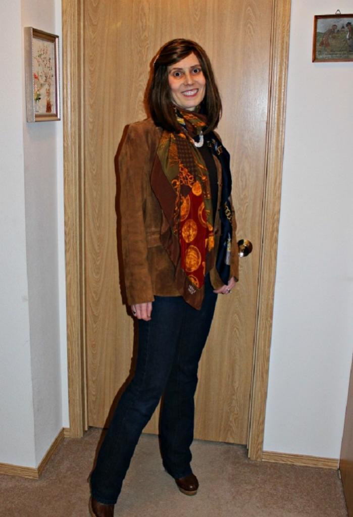 Женщина показала, как придать своему образу шарма, надев не один шарфик, а сразу два