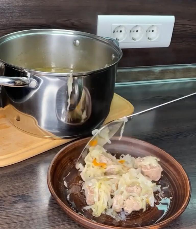 Все сложил и забыл: готовлю сочное мясо по немецки. Блюдо получается витаминным за счет квашеной капусты