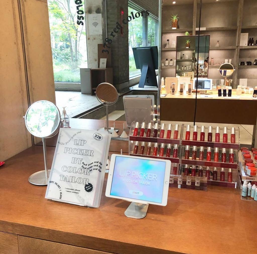 Более двух тысяч оттенков красного: инновационная корейская система Lip Factory создает уникальную помаду по индивидуальным параметрам для каждого покупателя