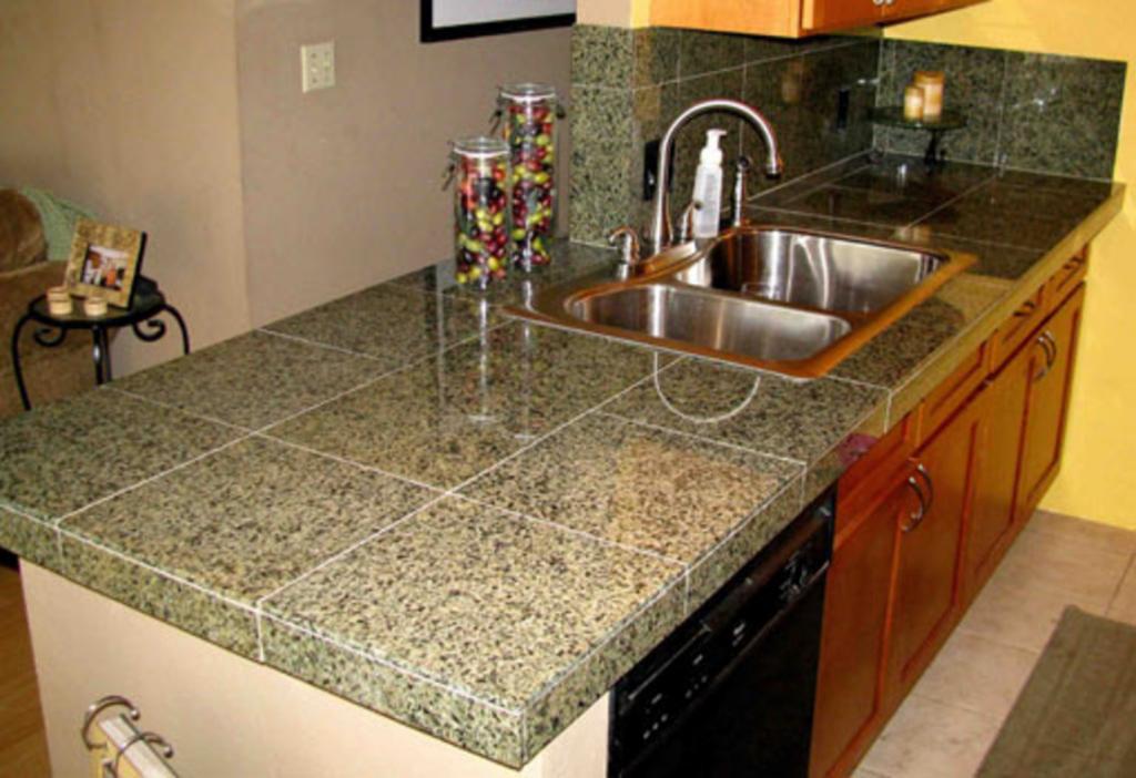 Из красивой гранитной плитки сами сделали на кухне столешницу. Получилось аккуратно, смотрится дорого и стильно