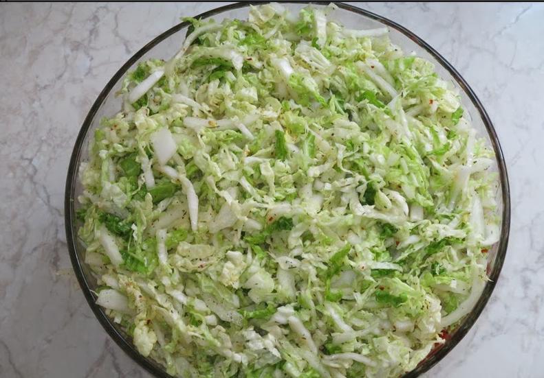 Слоеный салат с курицей, маринованными огурчиками и овощами делаю по-особенному: добавляю в него острый кетчуп