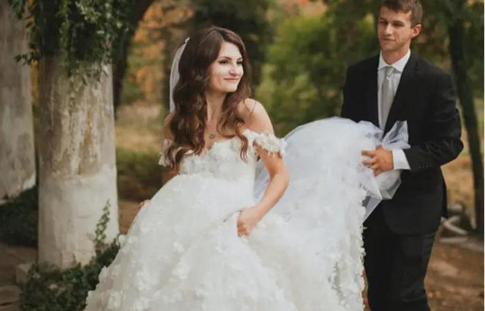 Невеста нашла свадебное платье, которое выглядело таким же, как она раньше нарисовала на бумаге
