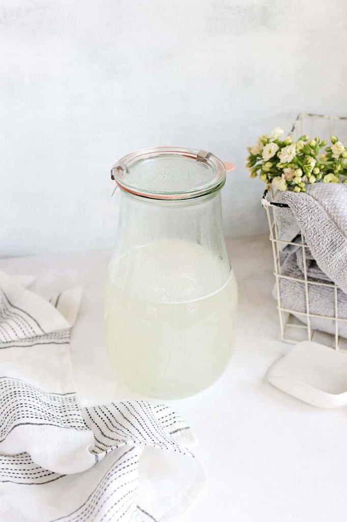 Жидкое средство для стирки я давно делаю сама. Оно с маслами тимьяна и грейпфрута, натуральное и очень экономное