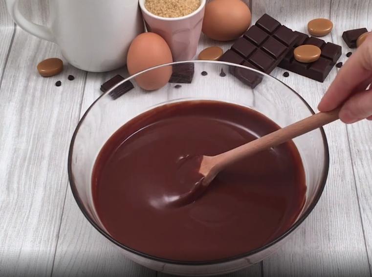 Шоколадные кексы с мороженым и карамелью: изысканный десерт, который сможет приготовить любая хозяйка