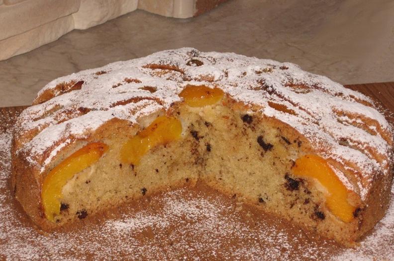 Простой в приготовлении, пирог с персиками и шоколадом понравится и детям, и взрослым