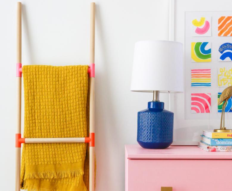 Оригинальная идея для организации пространства в детской: мастерим яркую лестницу вешалку для одежды