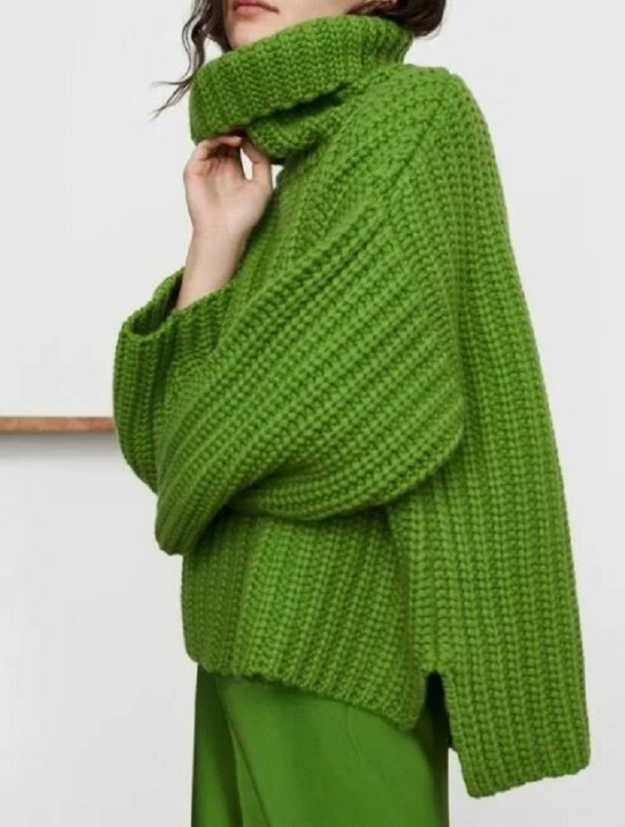 Объемные косы в переплете, воротник на молнии и не только: модные модели свитеров в 2021 году
