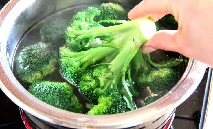 Салат с брокколи и фетой: отлично сочетается и с холодным, и с теплым мясом