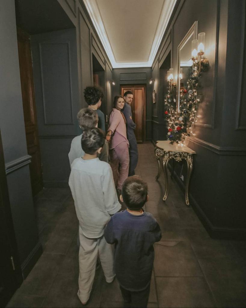 Четыре сына и муж. Глафира Тарханова впервые поделилась семейным фото в полном составе