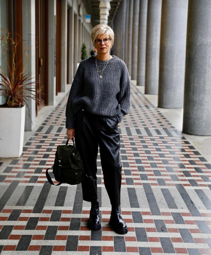 Стильным женщинам в возрасте 45+ они точно понравятся: модные образы на начало весны 2021 года