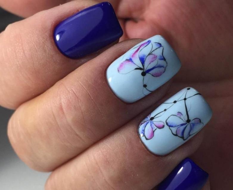 Создаем весеннее настроение, украшая пальчики нежным маникюром: 10 идей с голубым лаком и цветочным принтом
