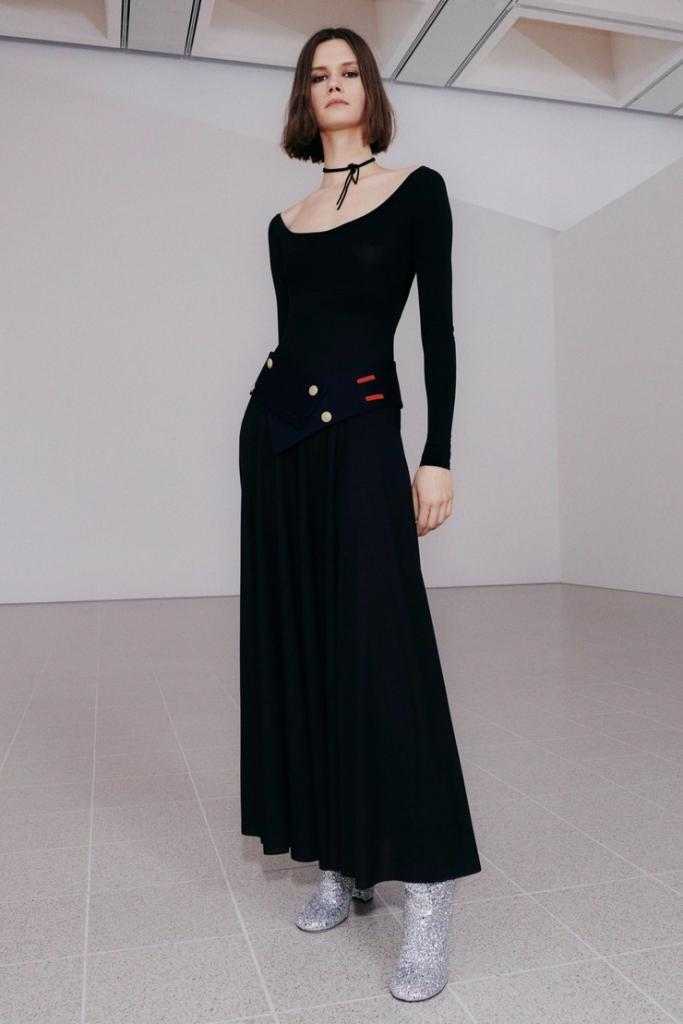 Широкие брюки, оверсайз пальто и цветочный принт: тренды, которые будет носить Виктория Бекхэм весной 2021