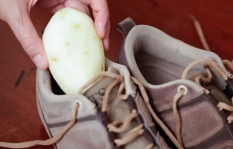 Не спешите избавляться от тесной обуви: ее растянет картошка