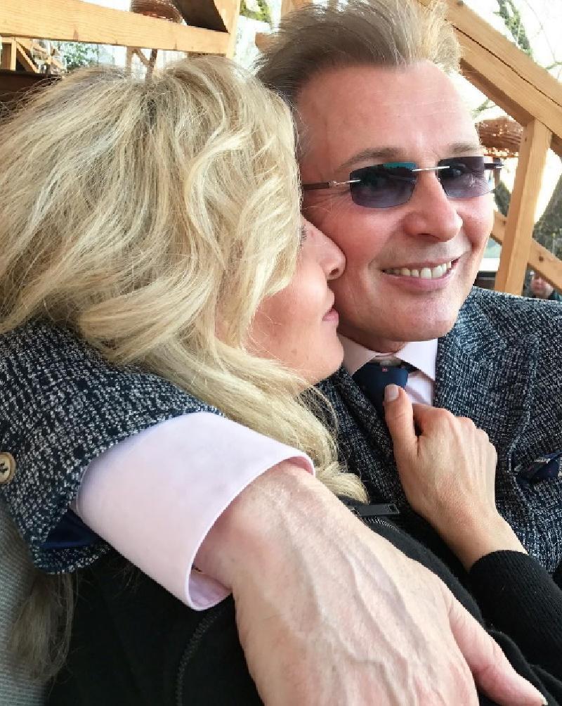 Нет ничего важнее и дороже семьи: Александр Малинин трогательно поздравил свою супругу Эмму с 31-й годовщиной свадьбы