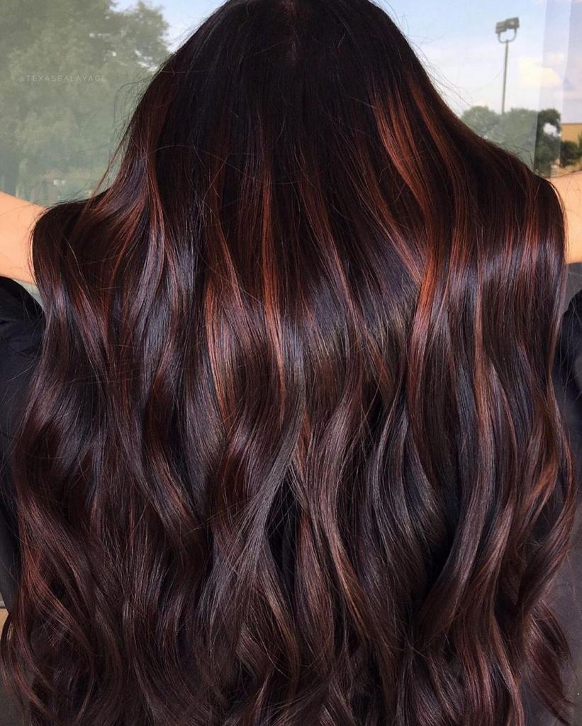Для тех, кто любит посочнее: несколько модных идей окрашивания волос в красноватых оттенках