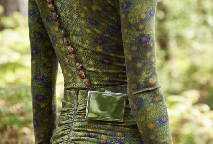 Как носить мини-сумки, тренд сезона, советуют дизайнеры: можно две сразу, а можно и с макси