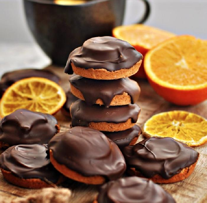 Вкусное печенье с апельсиновым желе, покрытое глазурью из темного шоколада: рецепт десерта