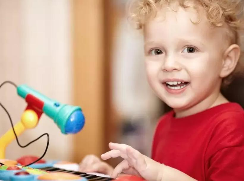 Убирайте громкие игрушки и цветы: вещи, которым не место в детской комнате