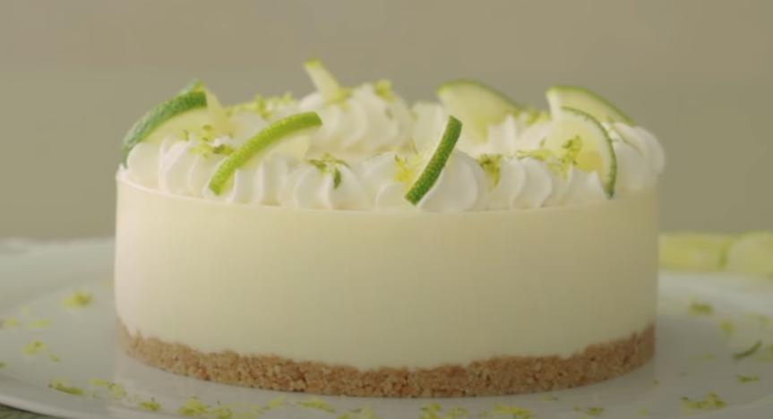 Любителям цитрусовых: как приготовить домашний тортик с нежным кремом и лаймовой прослойкой
