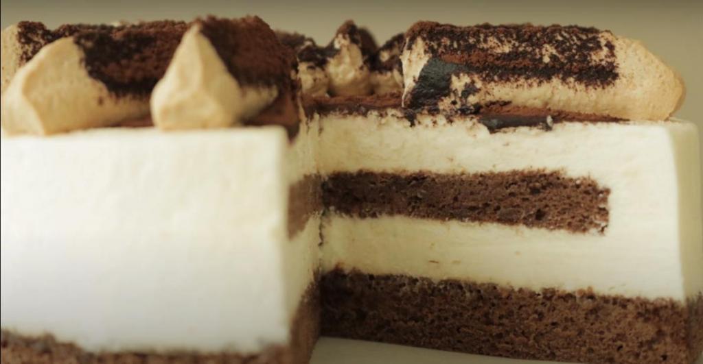 Бисквитный тортик с кофейными коржами, нежным кремом и какао-порошком: как приготовить изысканное лакомство в домашних условиях
