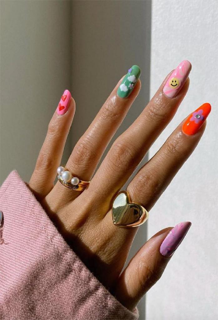 Длинные ногти можно украсить ультрамодными рисунками: интересные идеи от милых цветочков до абстракции