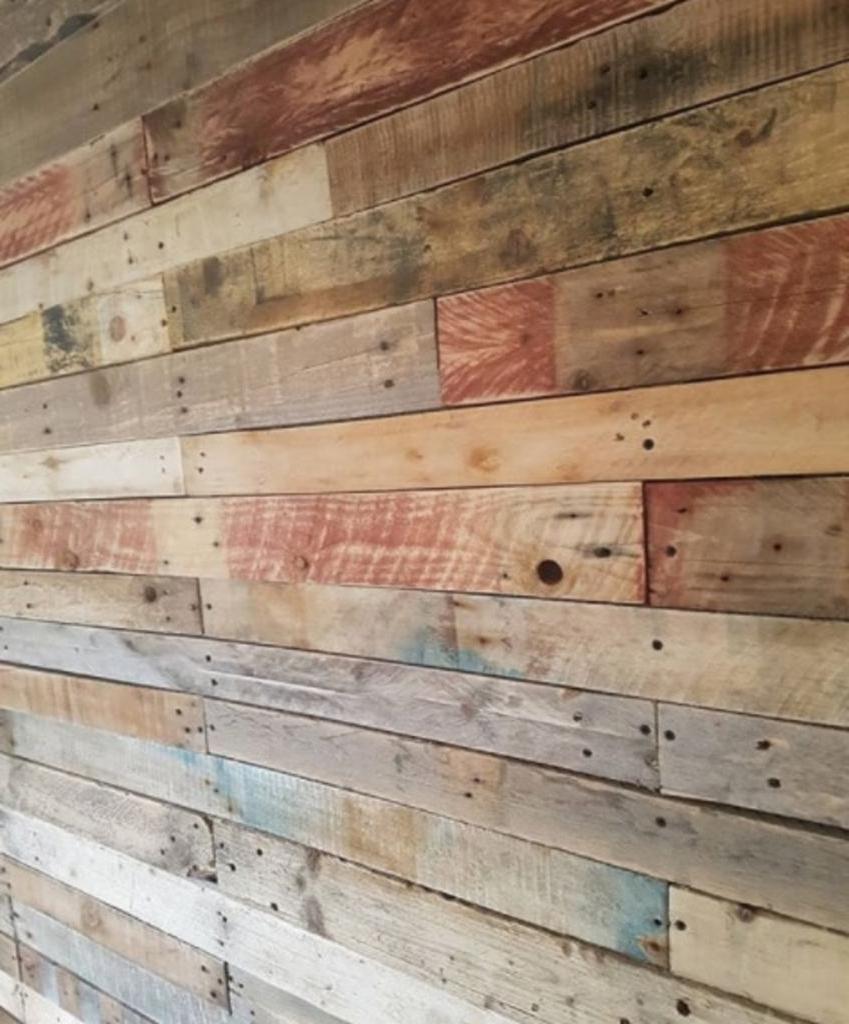 Как использовать старый поддон для отделки стены. Затрат почти никаких, и смотрится очень уютно