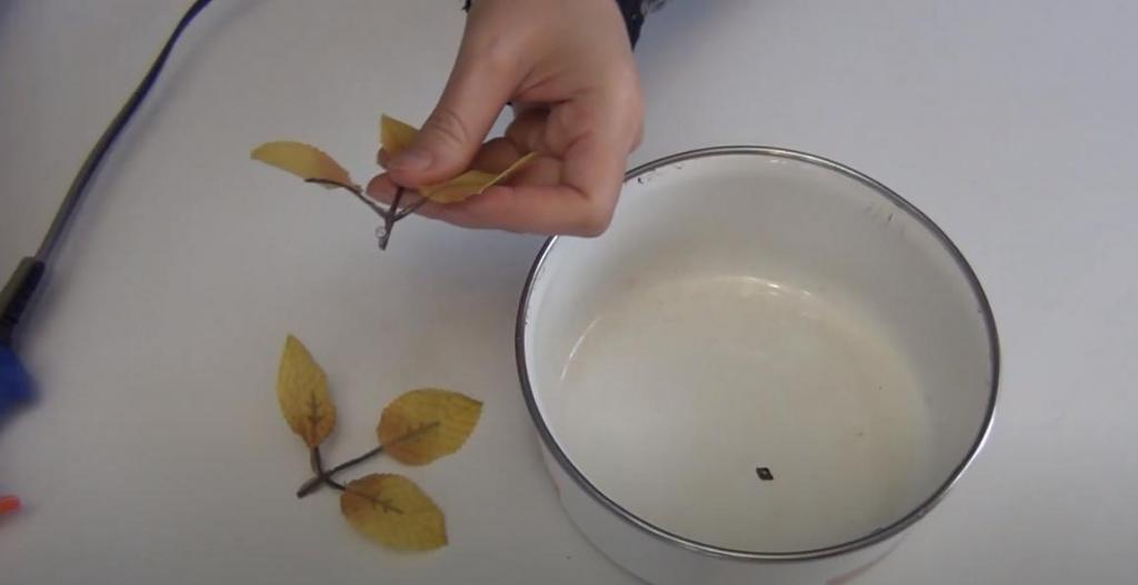 Металлические лотки быстро приходят в негодность, но выбрасывать их не стоит: можно делать красивые декоративные цветы для дома или дачи