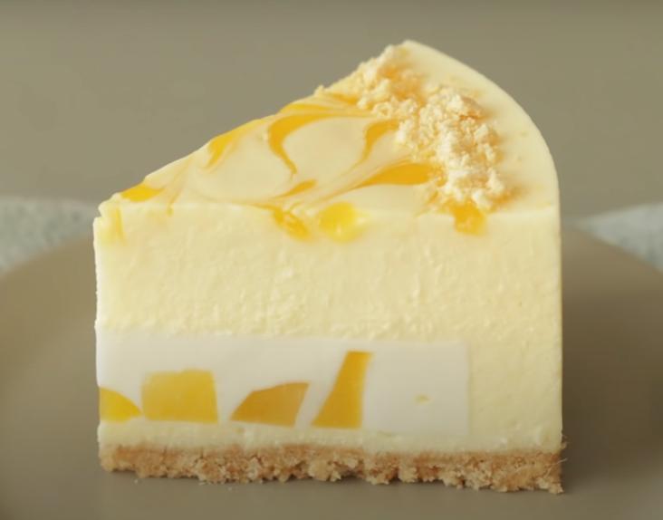 Отличный способ соединить два вкусных десерта в одном лакомстве: готовим манговый чизкейк с начинкой а ля панакота