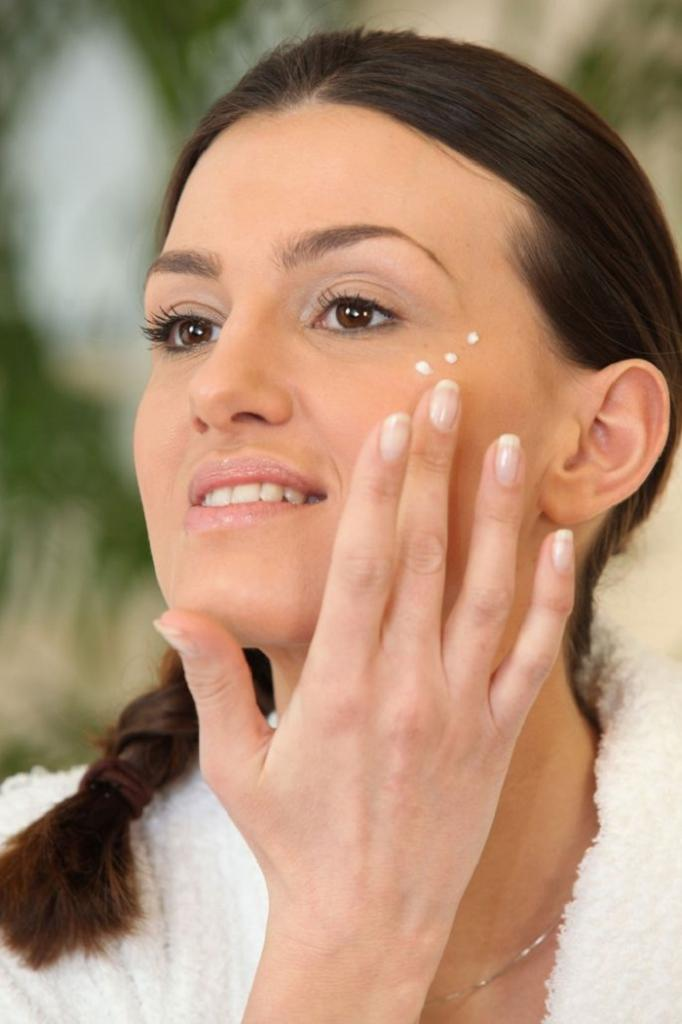 Для шелковистой, сияющей и подтянутой кожи: как сделать самой эффективный крем для лица (рецепты)