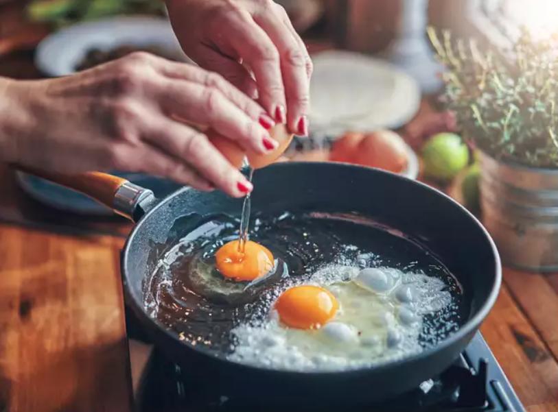 Быстрее нагреется и не поцарапается: 7 причин, почему на вашей кухне стоит иметь посуду из углеродистой стали