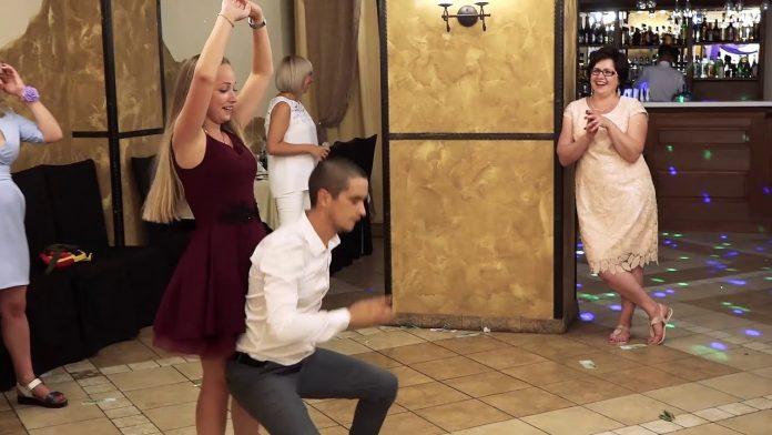 Зажигательный танец свидетеля подарил гостям свадьбы отличное настроение.
