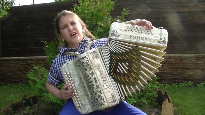 10 летняя гармонистка покорила своим талантом милллионов зрителей в интернете.
