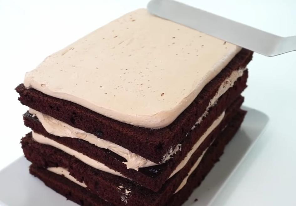 Шоколадный муссовый торт с кремовой текстурой и минималистичным декором: богатый вкус