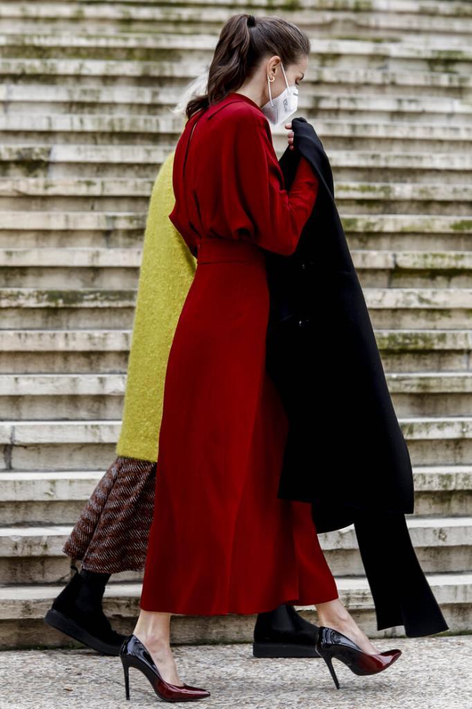 Женственный тренд весны – юбки с глубоким разрезом. Элегантная королева Летисия следует модным тенденциям (фото)