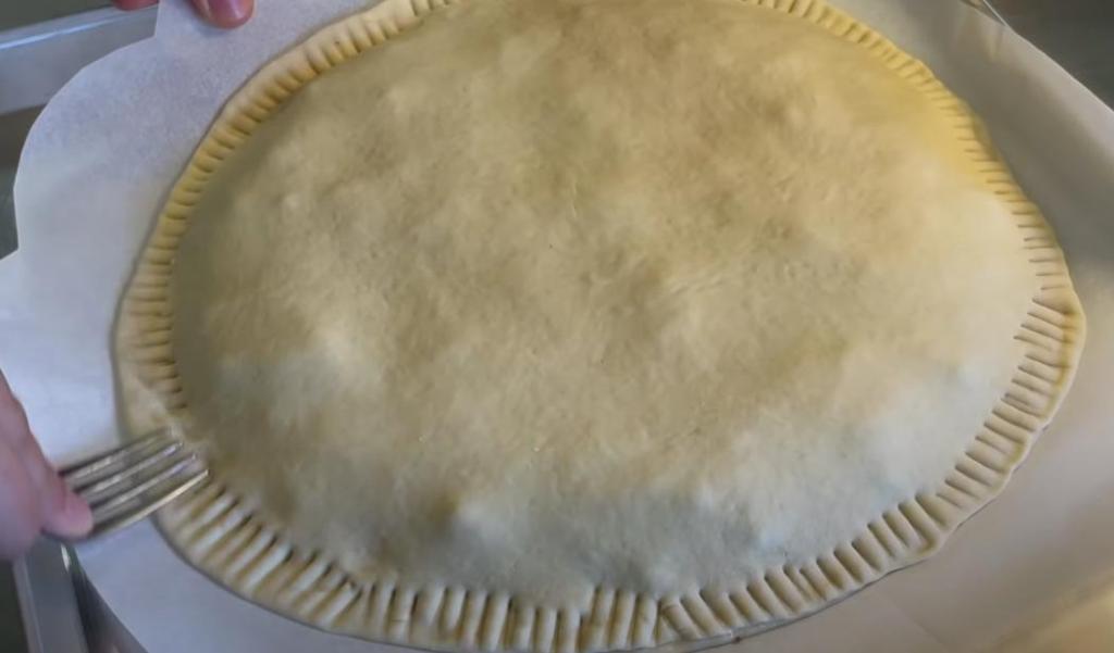 Пирог с фаршем, сыром, маком и кунжутом: готовится из простых ингредиентов, зато накормить им можно сразу всю семью