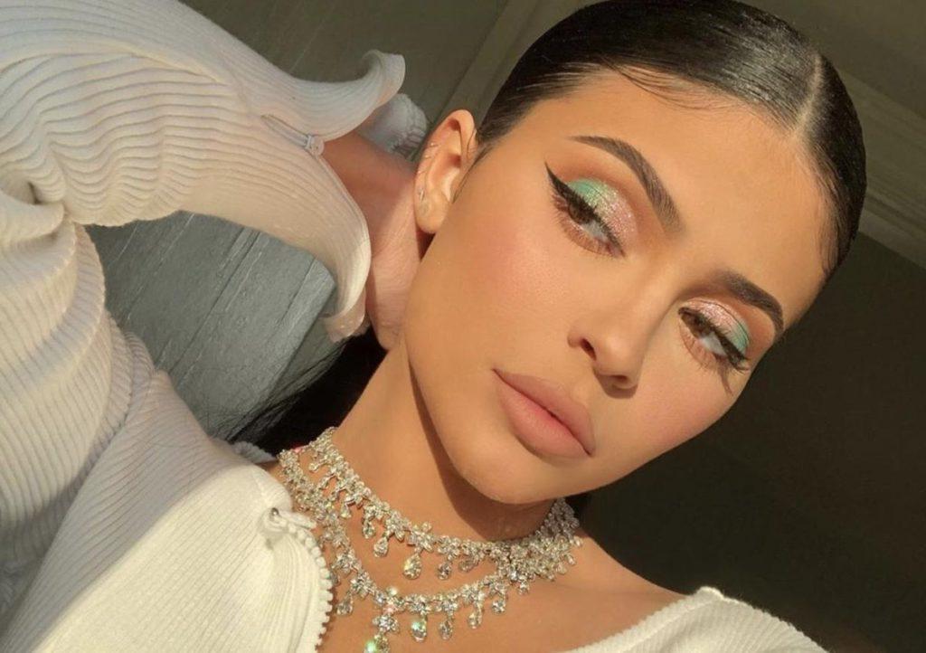 Эксперты оценили умственные способности женщин, отдающих предпочтение яркому макияжу