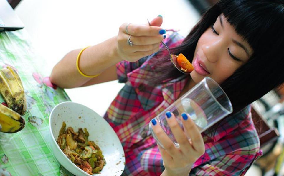 Врач-эндокринолог рассказала, кому нельзя пить воду во время еды