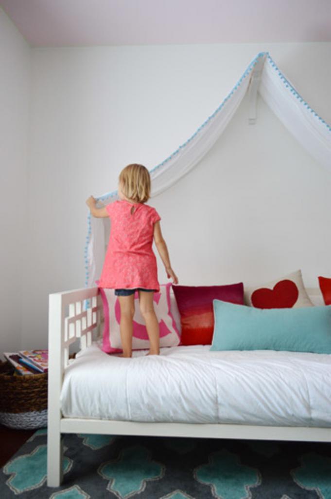 Как сделать в детской красивый балдахин из простого отреза ткани. Способ простой, смотрится эффектно