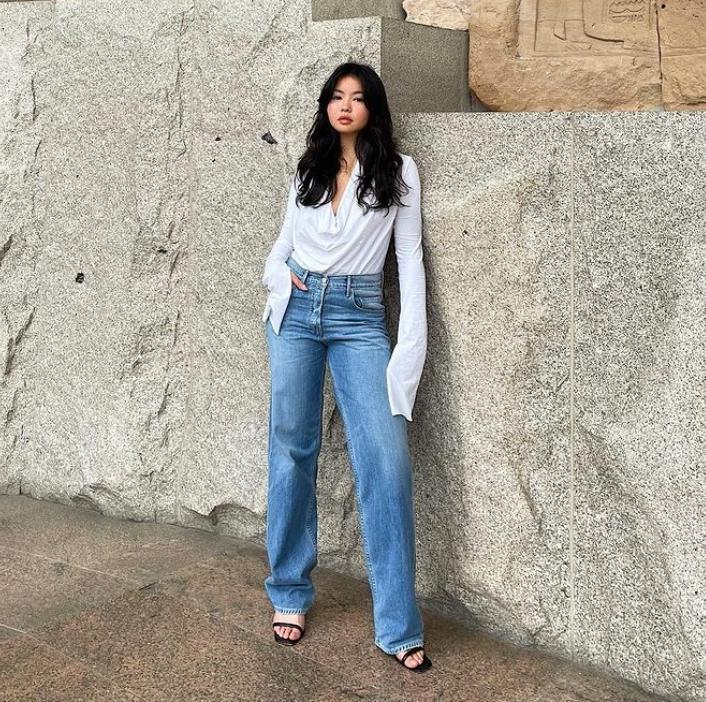 Расклешенные джинсы - тренд 2021 года: какую обувь выбрать для идеального образа