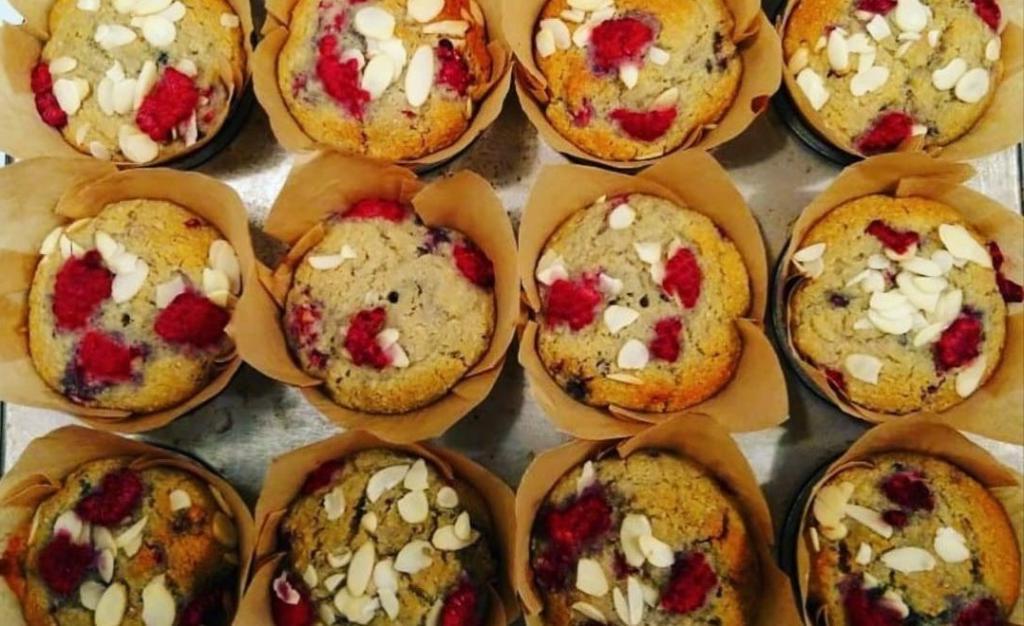 Из замороженной малины с миндалем: простой рецепт ароматных кексов