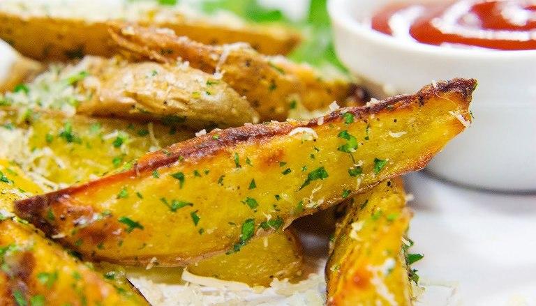 Понадобится обычный пергамент: как приготовить за 5 минут хрустящую жареную картошку в микроволновке
