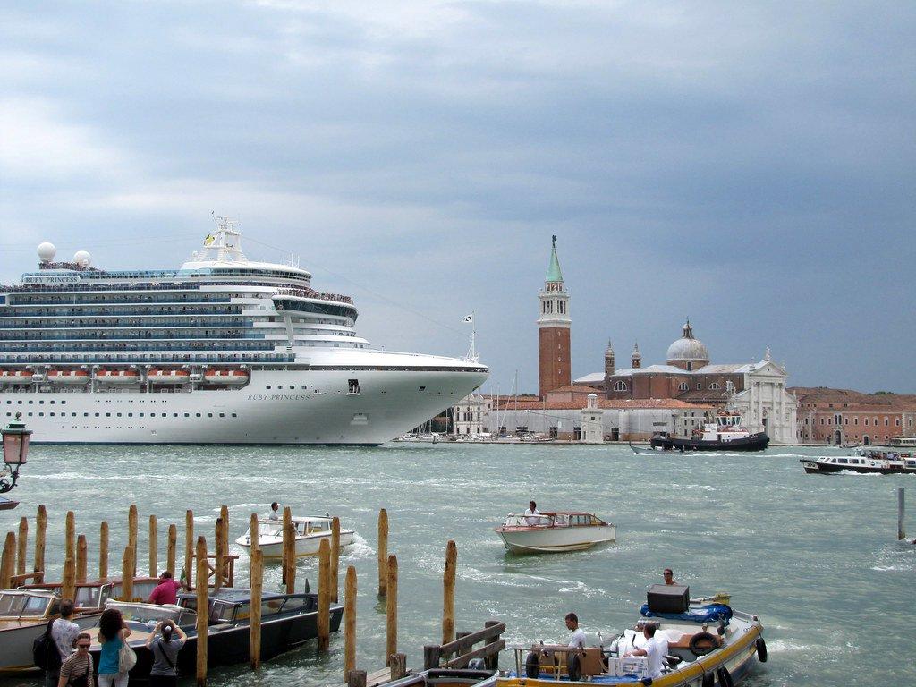 Италия навсегда запретила круизным судам заходить в исторический центр Венеции