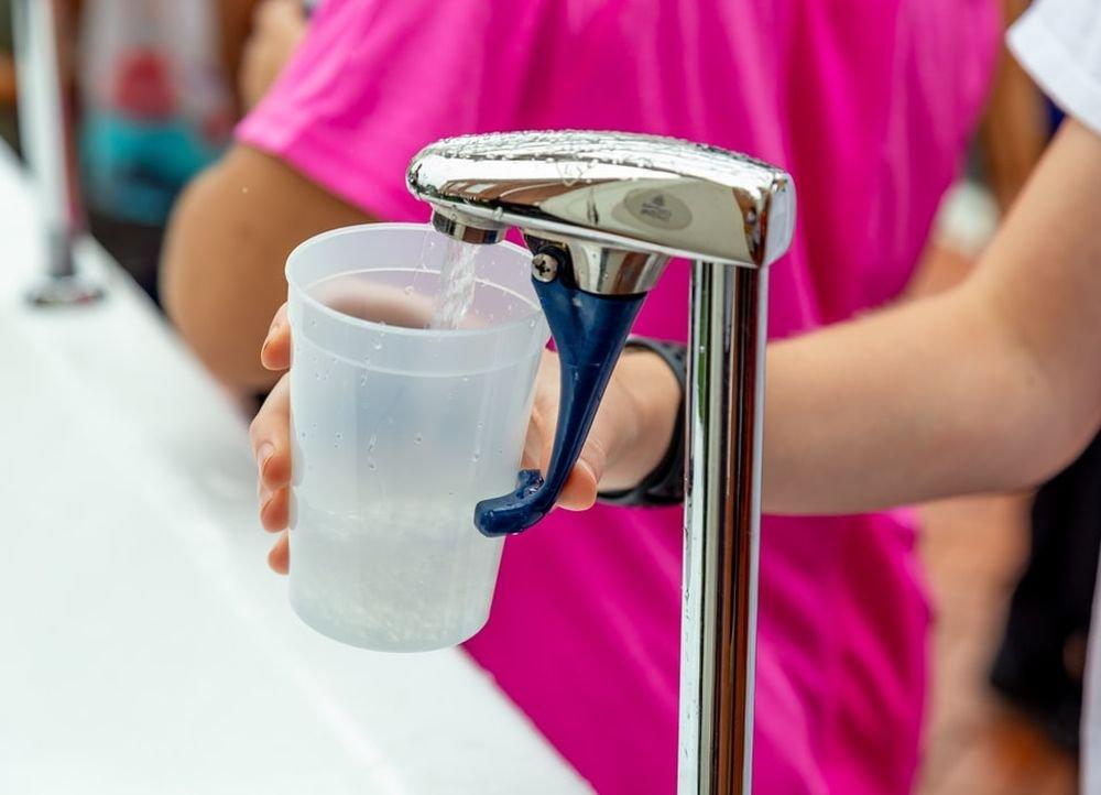 Бьет по почкам: россиянам развенчали мифы о водопроводной и кипяченой воде