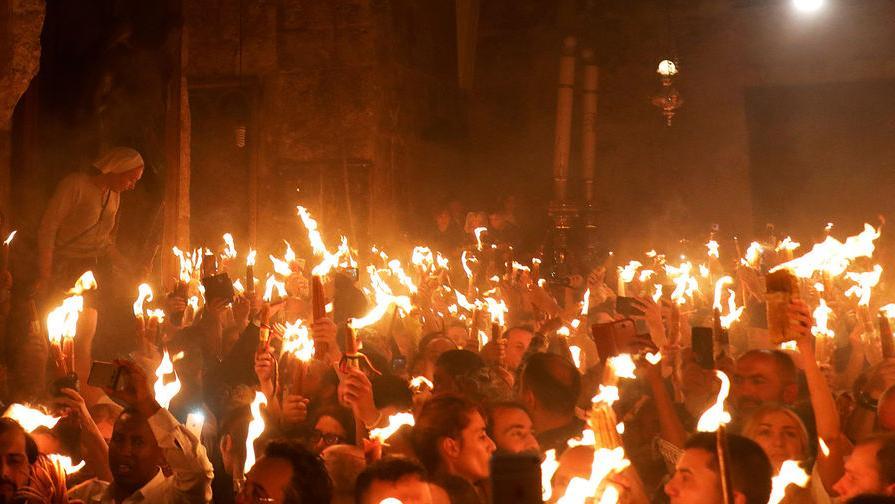 Благодатный огонь: святыню привезут из Иерусалима в Москву вечером 1 мая