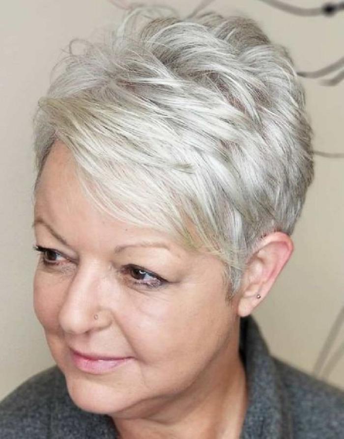 Молодимся к лету: подборка модных стрижек для женщин старше 50