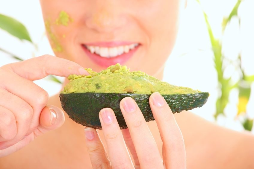 Простая маска для волос сделает ваши локоны гладкими и блестящими: понадобится авокадо